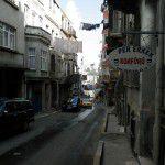 Trouver un coiffeur à Istanbul n'est pas un problème! Sur une petite rue ou en attendant le train. Un peuple très bien groomer