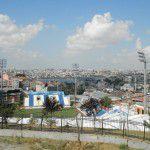 Drôle d'emplacement pour un stade de 14 000 places. Situé dans le quartier Beyoğlu, il est imbriqué dans la colline.